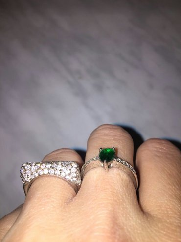 Bakı şəhərində серебро. с зеленым камнем размер 17. с белыми камнями размер 16.5. каж