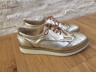 Zlatne cipelice, elegantne, lako se uklapaju uz sve kombinacije. Udobn