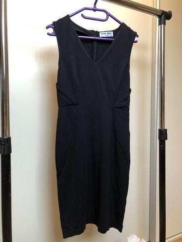 Uska crna haljina,predivnog materijala,lepo stisne i oblikuje figuru