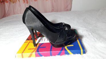 Burberry kupaci - Vrnjacka Banja: Nove cipele na štiklu, crne satenske sa zanimljivim detaljem napred