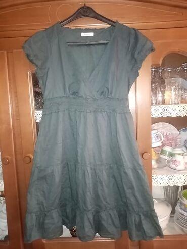 YESSICA lagana zelena haljinaNa haljini je vise oznaka za broj