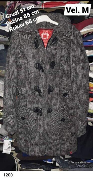 Kvalitetan kaput vel. M Kapuljača može da se skine