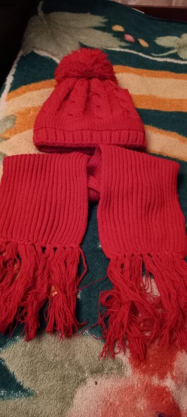 Шапка с шарфиком красного цвета отличное состояние