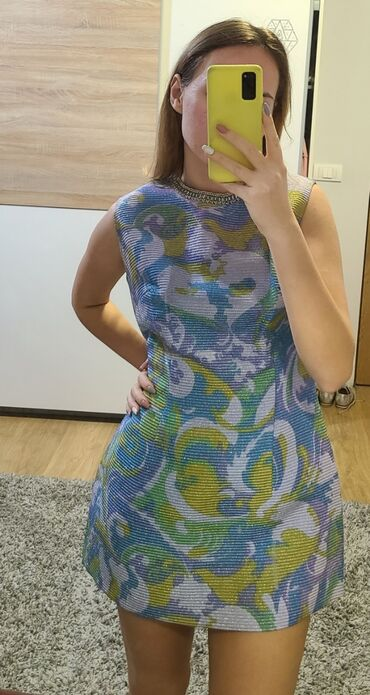 Nova mini haljina, svetlucava, u raznim bojama, oko vrata ima