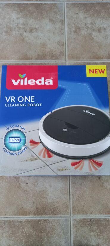 Robot usisivac marke Vileda. Odlicno usisava, upaljen 2-3 puta. Ima