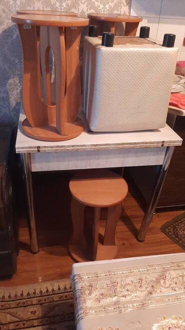 пуфики бишкек in Кыргызстан | ОТУРГУЧТАР, ТАБУРЕТТЕР: Комплекте стол стулья 4шт стол раздвижной + конечно подорок пуфик