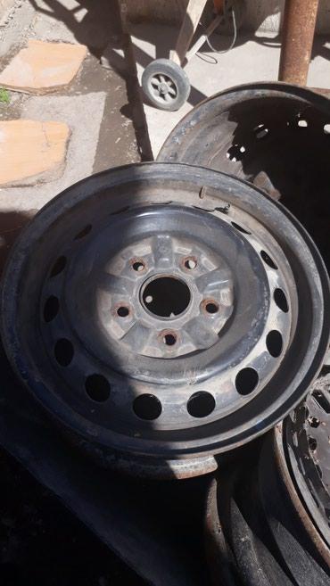 диски камри в Кыргызстан: Продаю железные диски с заводским колпаками.Или поменяю на