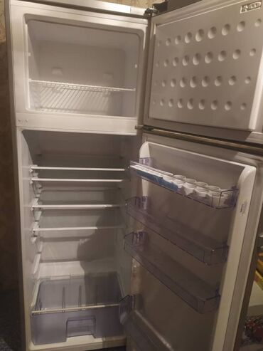 Холодильники - Кыргызстан: Б/у Двухкамерный Серебристый холодильник Beko
