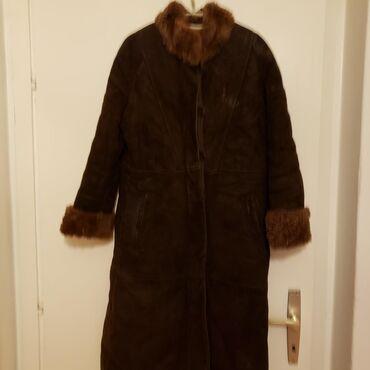 Duga zenska bunda od prirodne prevrnute (brusene) koze i krzna. Boja