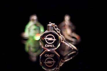 Originalni poklon-stakleni 3D privezak sa logom auta koji svetli