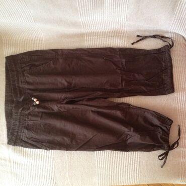 Braon 3/4 pantalone. 3/4 pantalone od pamučnog platna. U struku guma