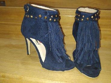 Ženska obuća | Cuprija: Na prodaju cipele-sandale od velura sa nitnama i resama. U broju