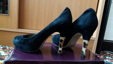 туфли чёрные замшевые в Кыргызстан: Замшевые туфли.Цвет черный,каблук с тигриным принтом. размер 35. Цена