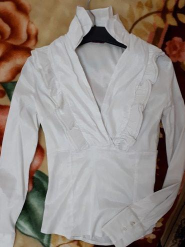 Elegantna bela kosuljica, odgovara br. m prelepi model. presijava. Ima - Despotovac