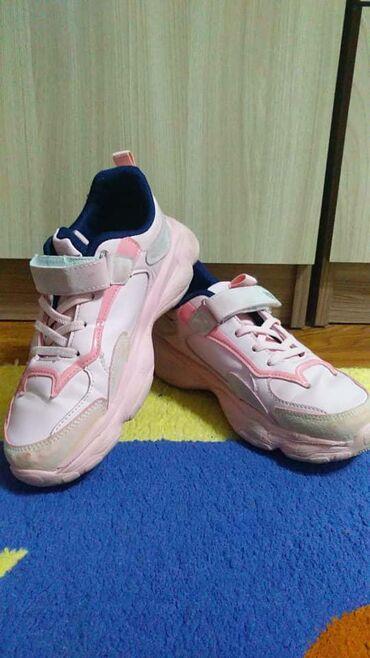 Кожаные кроссовки на девочку.Размер 34-35, носили ровно два