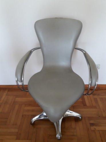 Frizerska stolica srebrne boje