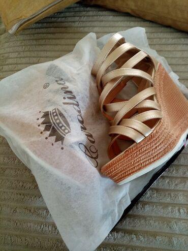 Zlatne baletamke - Srbija: Sandale nove 36 broj 1600 dinProdajem sandale na platformi, zlatne, 36