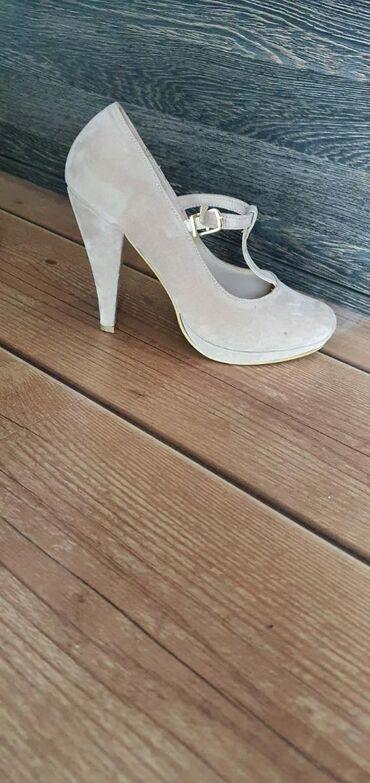 Zenske cipele na stiklu
