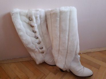 Vrlo povoljno prodajem bele kozne cizme sa krznom, velicina 37. Krzno - Kraljevo
