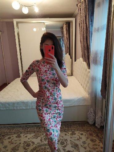 вязаное платье с открытой спиной в Кыргызстан: Яркое летнее платье ниже колен, с маленьким разрезом сзади, спина