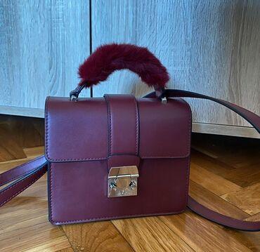 Bordo torbica - Srbija: Bershka bordo torbica sa kaišem koji možeda se podesi. Nošena jednom