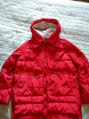 zhenskoe plate 52 razmer в Кыргызстан: Женская удлиненная куртка,красивого красного цвета, удобные карманы