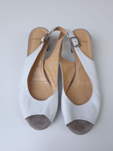Kožne sandale bez oštećenja. Broj 39