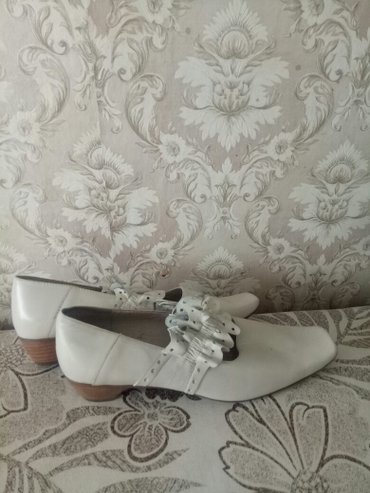 obuvzimnie 38 razmer в Кыргызстан: Продаю новые кожаные туфли на девочку. Размер 38. Покупали дорого в