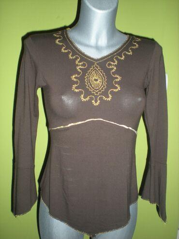 Torba je dimenzija - Srbija: MAJICABraon majica sa zlatnim vezom i zlatnom trakom. Na samom špicu