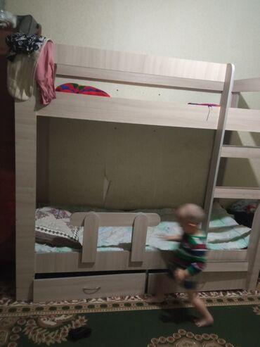 Двуспальные кровати - Кыргызстан: Срочно продаю двухярусный кроват окончательно 5500