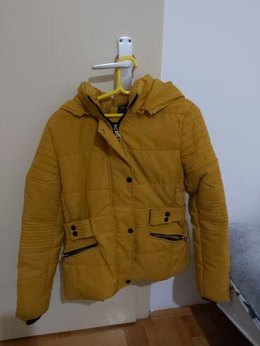 Prodajem zensku zimsku jaknu. Jakna je postavljena komplet unutra, i
