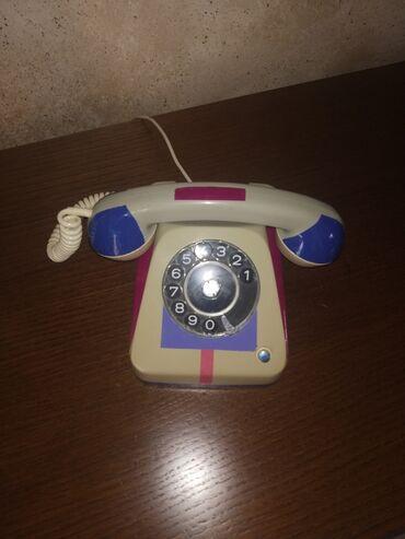Vintage τηλέφωνο με σύγχρονες καλλιτεχνικές πινελιές. Απο την δεκαετία