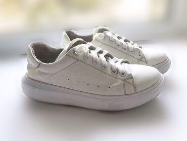 спортивне обувь в Кыргызстан: Кожаные белые кроссовки   36 размер   б/у обувь в хорошем состоянии