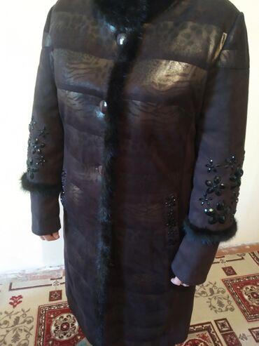 Зимнее пальто из верблюжьей шерсти. Темно-коричнего цвета. С меховыми