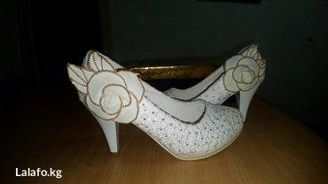 Туфли белые, одевала один раз на той, размер 37 в Бишкек