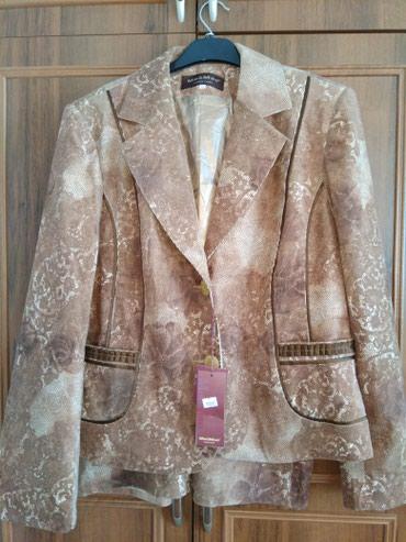 Продаю с этикеткой новый женский костюм двойка вильветовый размер