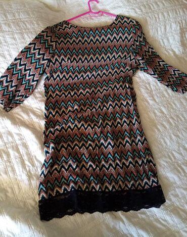 Φόρεμα με έντονο σχέδιο κοντό που τελειώνει σε μαύρη δαντέλα