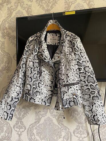 Куртки - Кыргызстан: Продаётся косуха, кож зам. новая Турция под змеиный принт. размер s m