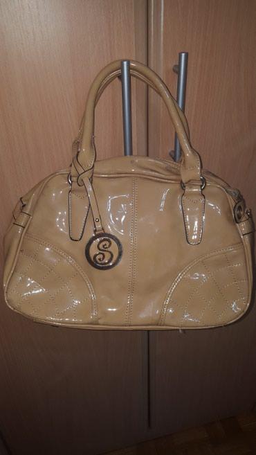 Torba cm x - Srbija: Krem lakovana torba, malo koriscena, sa malim mrljama. Dimenzije