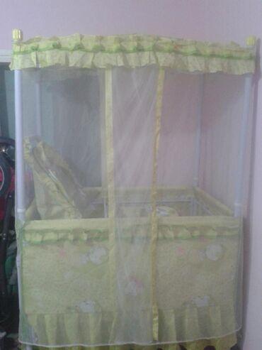 Детская мебель в Сокулук: Срочно недорого продаю очень удобный манеж на колесиках в хорошем