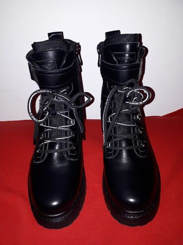 Продаю осенне-зимние ботинки. Новые,ни разу не одетые. Брала на дордое
