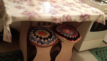Кухонный стол и три стула,в отличном состоянии,цвет бежевый