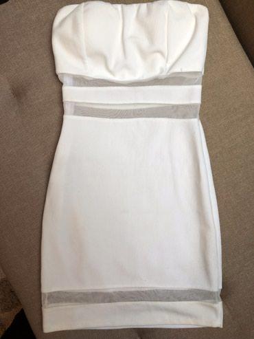 Bela mini haljinica, uska, bez bretela, golih ramena. Vrlo moderna i - Crvenka