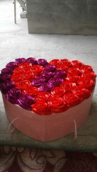 Цветы атласные внутри коробки набор чайник с кружками