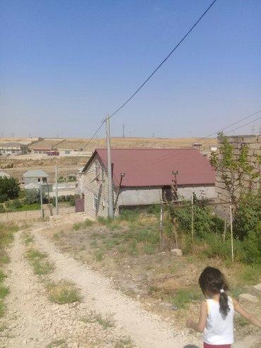 Xırdalan şəhərində Qobu qesebesinde heyet evi.3 sot monsardli ev.etrafli zeng edin