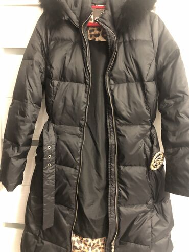 Легкий пуховик-куртка, длина примерно до колен, при росте 165 см, в