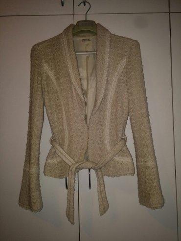 Sako jaknica lepa i moderna u bez boji sa perlicama po sebi. Velicina - Beograd