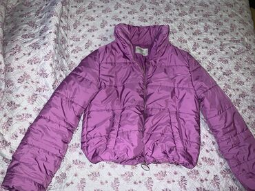 Продаю короткую куртку на весну . Размер М . Состояние хорошее . Замок