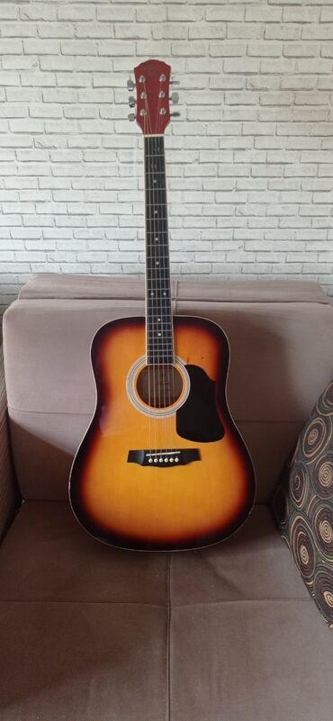 4 струнная гитара маленькая в Азербайджан: Gitara akustikdir.Qrif düzdü, lad yaxşı vəziyyətdədir, arxasında