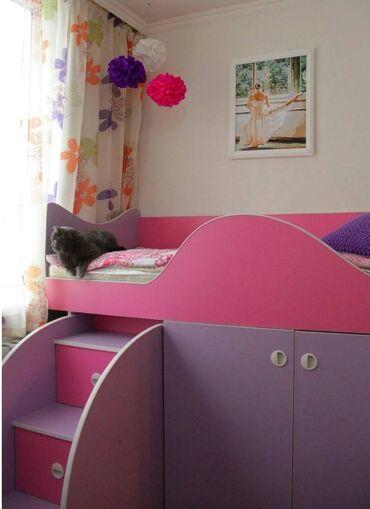 Детская мебель - Бишкек: Продаю кровать для девочкиРазмер 160 см на 70 смМного полочек. Для